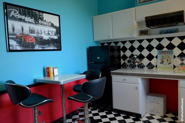 Design int rieur une cuisine tr s fifty 39 s ang le ethuin for Interieur cuisine design