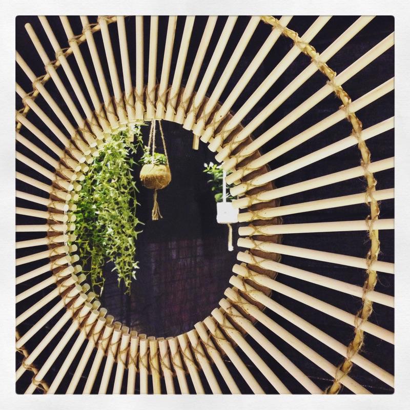 Angèle Ethuin - Détail déco miroir en rotin vintage